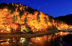 香嵐渓の紅葉のライトアップ