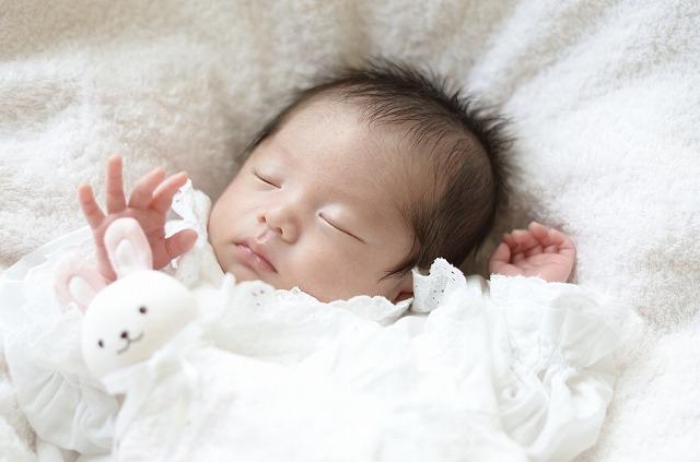 寝起きの赤ちゃんが白目をむくのはなぜ?
