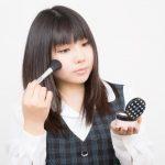 メイクのマナー~通勤電車で女性が化粧するのはマナー違反?